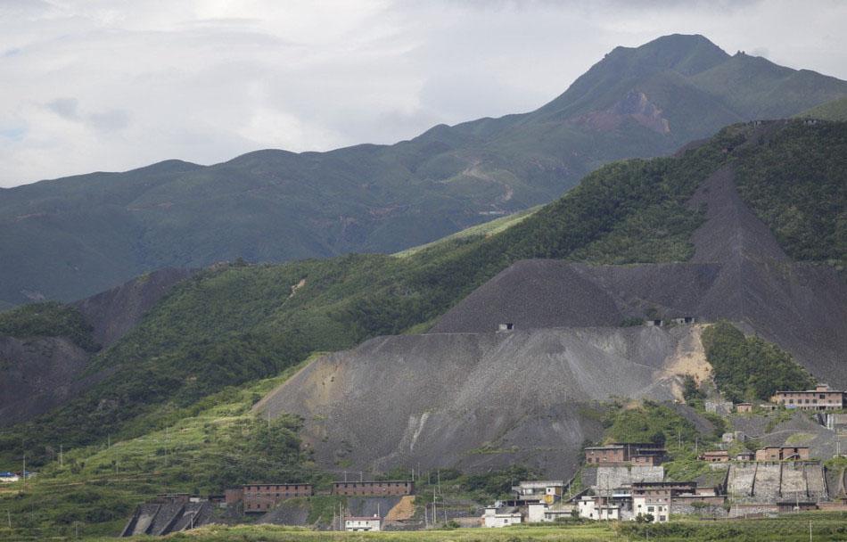 为积极推进中加石墨控股股份有限公司赴香港上市的进程,公司与保荐商湖南盈丰投资管理有限公司携手合作,迅速开展了一系列的并购工作。目前对郴州市北湖区灯盏窝石墨矿的并购工作已经完成,现予以公告。   中加石墨控股股份有限公司 2016年1月20日  附:并购企业郴州市北湖区灯盏窝石墨矿业有限公司 郴州市北湖区灯盏窝石墨矿地处中国最大的土状石墨矿区湖南郴州鲁塘地区,该地区具有世界最高品位的土状石墨,远景储量超2000万吨,是我国石墨生产及出口的采掘基地。2011年3月根据郴州市政府的相关批复要求,由原32家